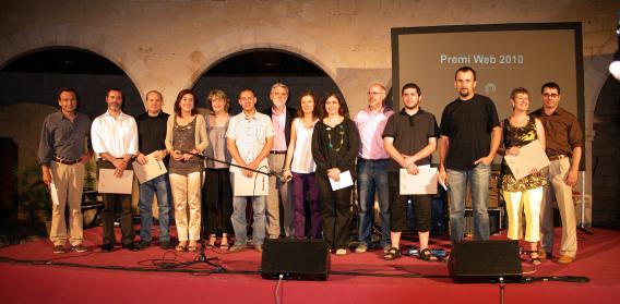 Foto de Pep Torró: els premiats i organitzadors a l'acte de cloenda, 9 de juny de 2010 al Castell de Bellver
